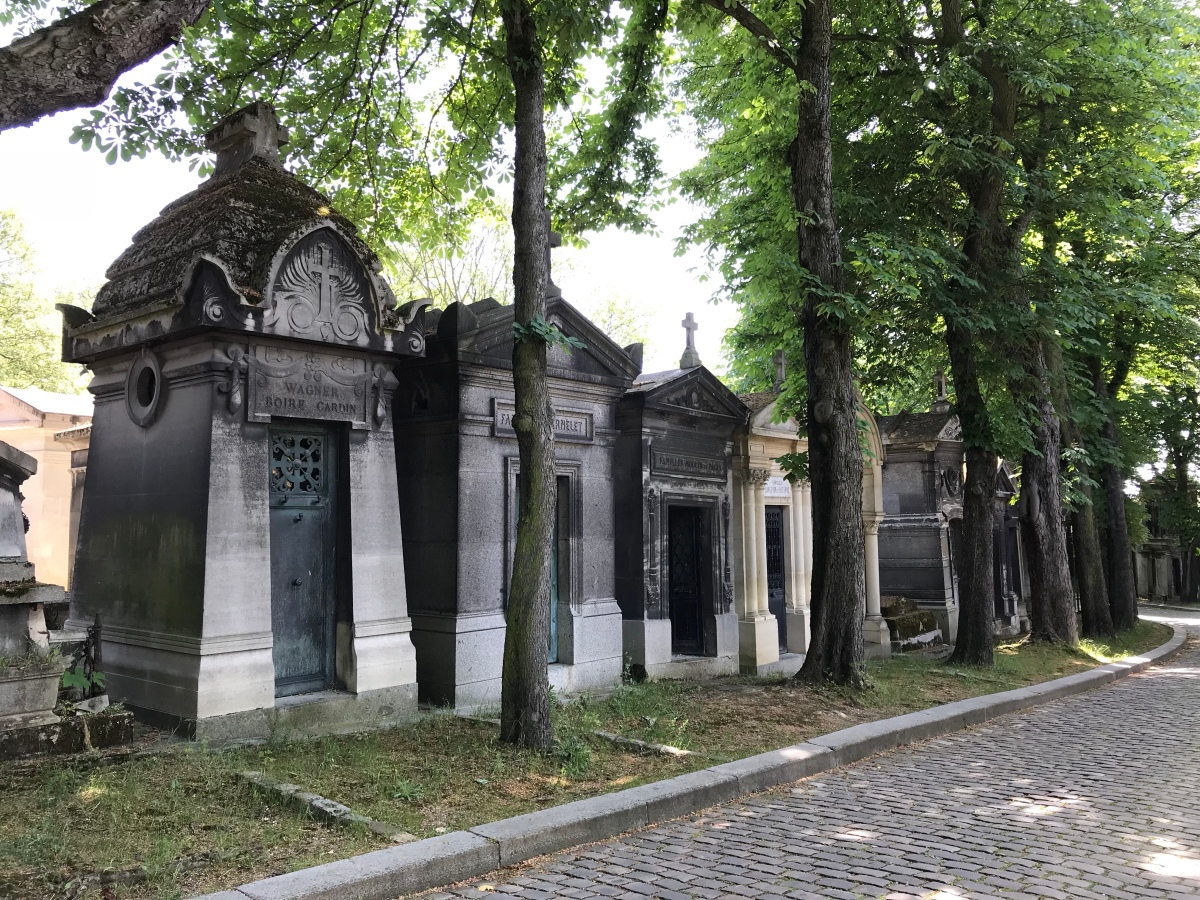 A stroll among graves in Paris